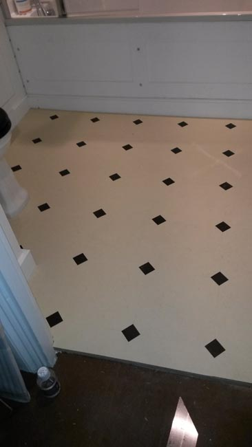 portfolio-smooth-floors-amtico-black-and-white-tile-hallway-02