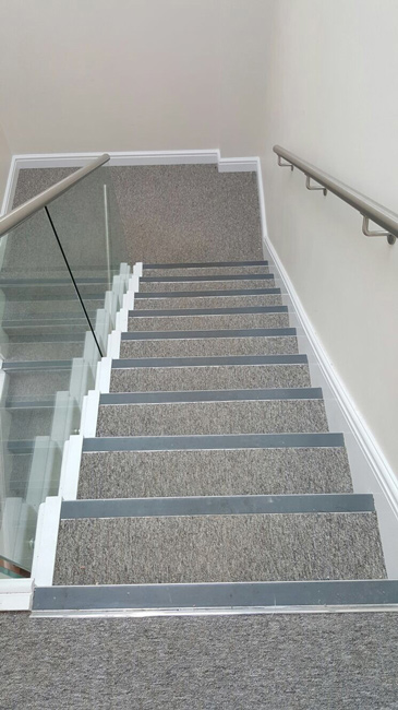 portfolio-commercial-office-stairs-carpeted-with-black-nosings-01