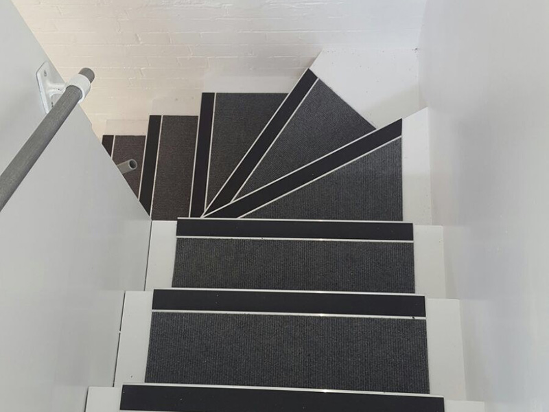portfolio-commercial-carpet-tile-as-a-runner-on-stairs
