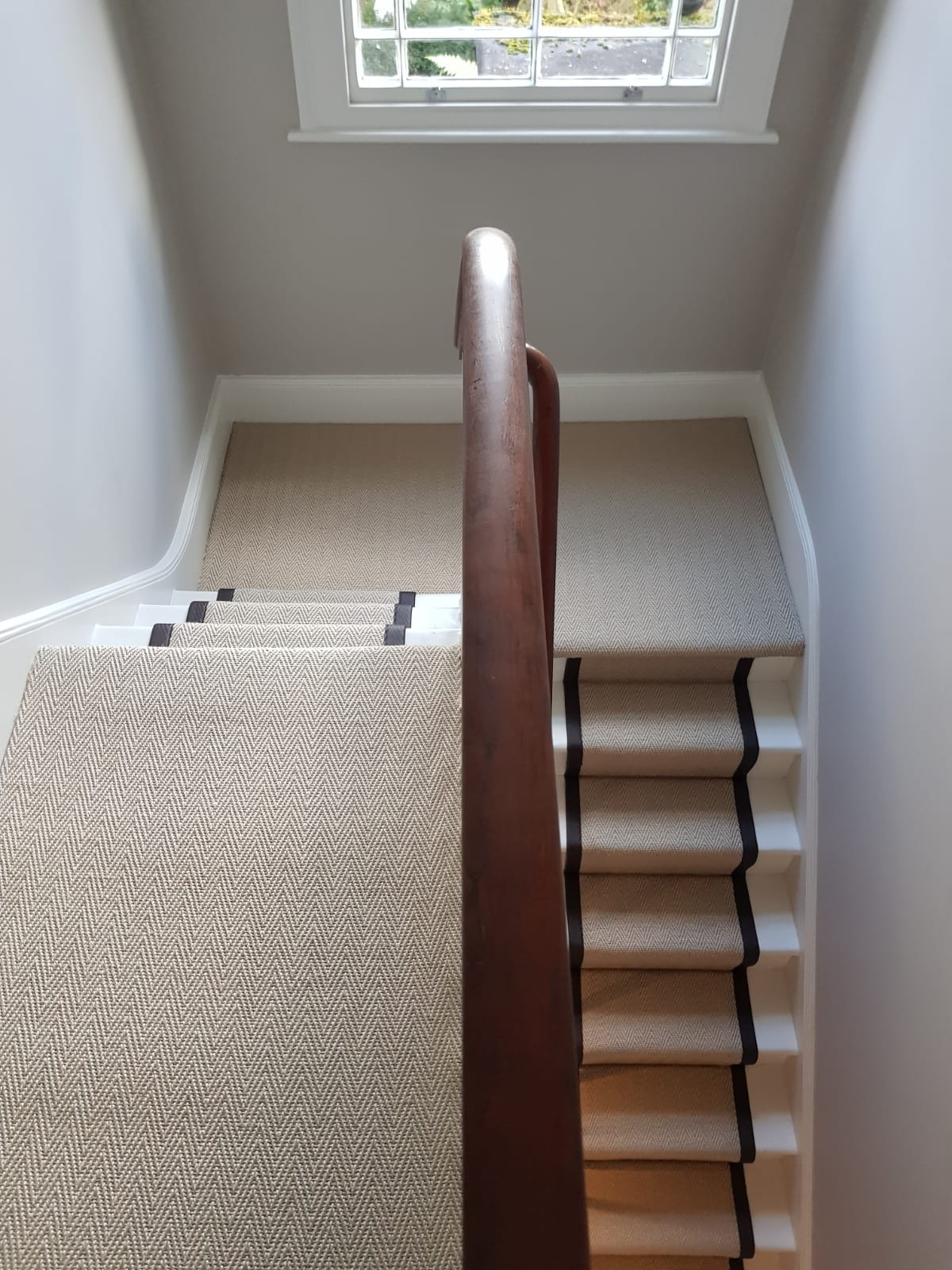 portfolio-sisal-herringbone-black-border-stair-carpet-installation-chiswick (1)